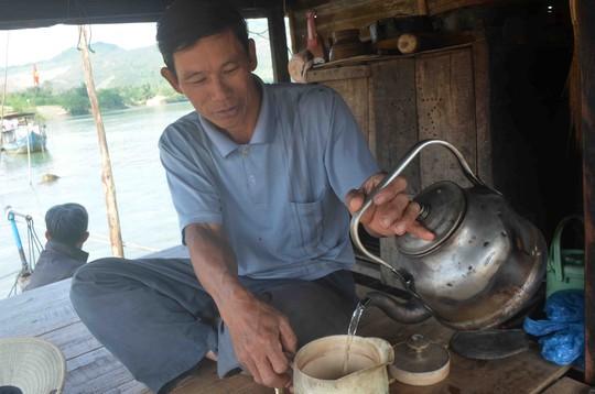 Ông Trọng bên ấm trà ngày cuối năm với chiếc ghe làm nhà của mình