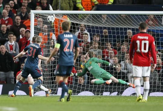 Bastian Schweinsteiger vừa là người hùng của Bayern khi gỡ hòa 1-1