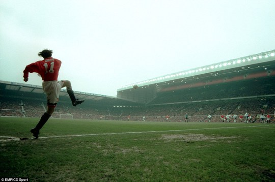 Giggs đá phạt góc trong một cuộc đụng độ với Tottenham vào đầu năm 1996.