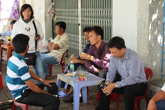 Các thân nhân lo lắng ngồi trước cảng vụ Nha Trang chờ tin tức