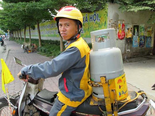 Nhân viên một đại lý gas đang đi giao gas