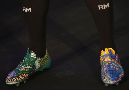 Giày có họa tiết rồng phượng, số lượng hạn chế, 600 euro/đôi