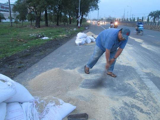 Người dân Đồng Nai giúp tài xế dọn thức ăn gia súc đổ xuống đường