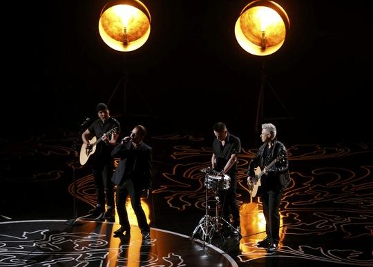 Nhóm U2 trình diễn