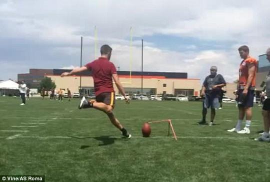Pjanic tập sút xa với bóng bầu dục