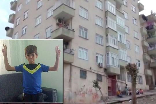 Cậu bé Heval Yildirim, 13 tuổi, đang chơi cùng bạn bè trên đường trước tòa nhà chung cư 6 tầng thì gặp nạn. Ảnh: Mirror