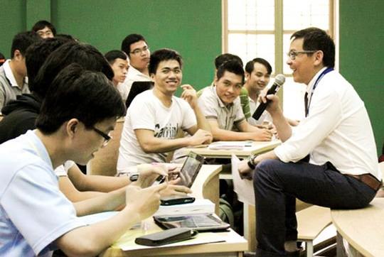 GS Dương Nguyên Vũ trao đổi bài học cùng các sinh viên, học viên trong nước. (Ảnh do nhân vật cung cấp)
