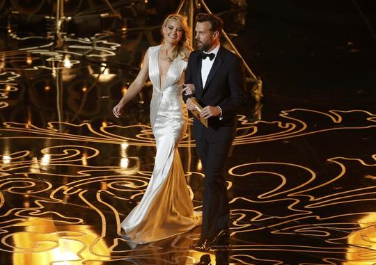 Kate Hudson và Jason Sudeikis lên sân khấu công bố phim chiến thắng hạng mục Phim ngắn xuất sắc nhất