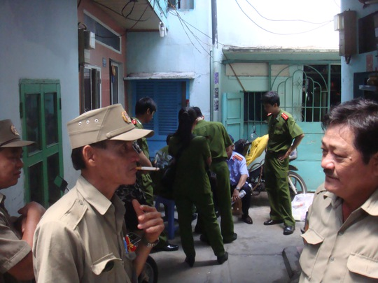 Lực lượng công an đang lập biên bản khám nghiệm hiện trường nhà đối tượng Đặng Văn Tuấn vào chiều 1-10.