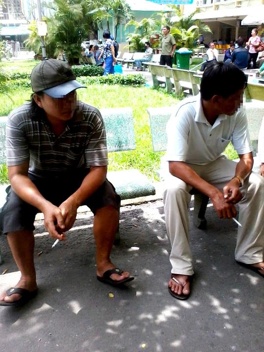 Bất chấp cái nắng gay gắt giữa trưa, tận dụng được chút khoảng không, hai người đàn ông này liền châm thuốc. Có thể vì thèm hơi thuốc, cũng có thể để thư giãn tinh thần hay đơn giản là để bắt đầu một câu chuyện.