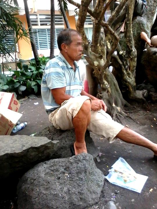 Từ hàng ghế đến gốc cây và đây là những tảng đá, bất kỳ nơi nào có thể tạm dừng chân, người ta liền đưa ngay điếu thuốc lên miệng. Có vẻ đây là nơi khá lý tưởng cho những tín đồ của khói thuốc, dưới đất vẫn vương vãi nhiều tàn thuốc và những mẩu đầu lọc