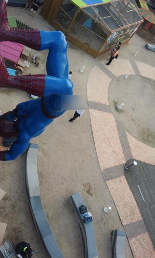 """Tượng """"Spider-Man"""" ở Hàn Quốc bị dỡ vì phản cảm"""