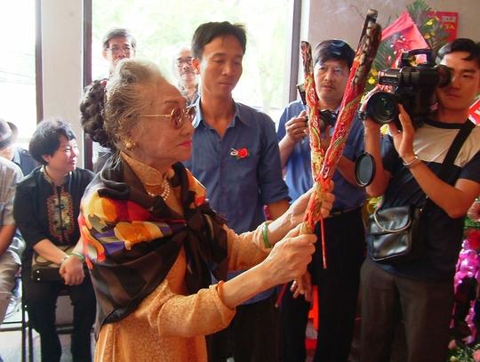 Cố NSND Phùng Há thắp hương trong ngày Giỗ Tổ truyền thống sân khấu Việt Nam năm 1998.