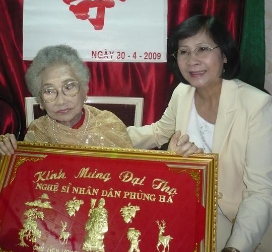 Bà Nguyễn Thị Thu Hà - Phó Bí thư Thành ủy TPHCM đến thăm NSND Phùng Há nhân dịp Hội Sân khấu TPHCM tổ chức mừng thọ bà năm 2009.