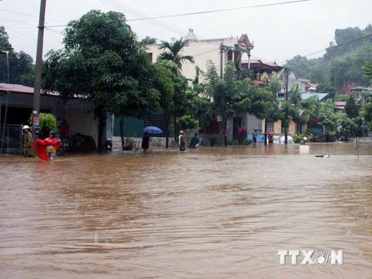 Mưa lớn gây ngập úng ở nhiều tuyến đường trên địa bàn thành phố Hà Giang. (Ảnh: Huy Toán/TTXVN)