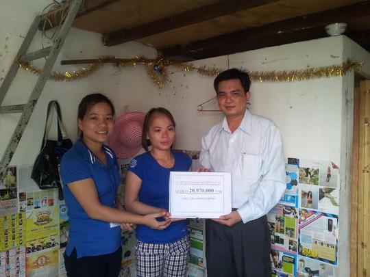 Ông Lê Trần Thanh Hải, Chủ tich Công đoàn Công ty Triple, tặng quà công nhân khó khăn
