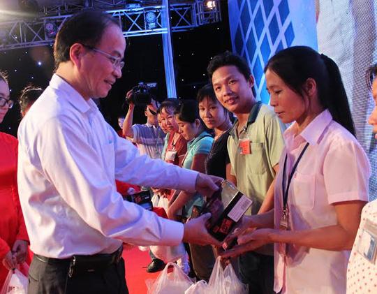 Ông Lê Mạnh Hà, Phó chủ tịch UBND TP HCM, trao radio cho CN ở trọ tại quận Thủ Đức  Ảnh: THANH NGA