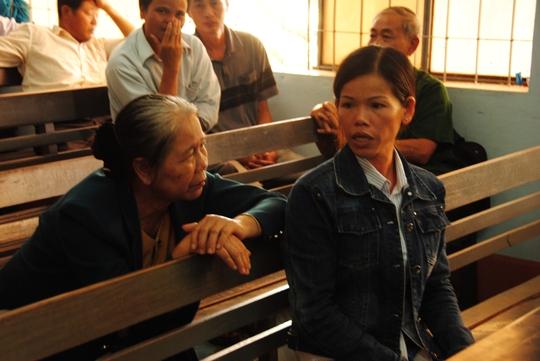 Chị Triệu Thị Bài (bên phải) đau đớn trước cái chết của 2 con