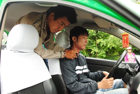 Tên cướp khống chế tài xế, cướp taxi đi bán