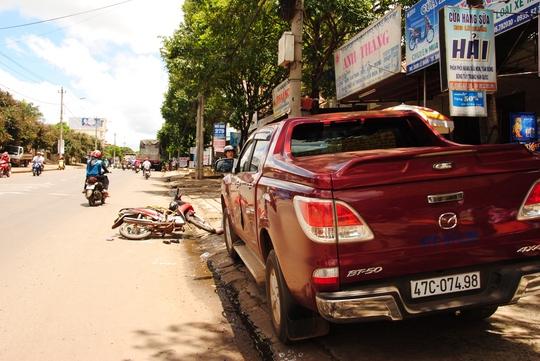 Do xe con mở cửa bất cẩn nên làm người đi xe máy va vào, gây ra tai nạn chết người