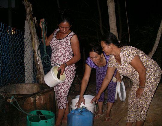 Người dân Bình Định thức trắng đêm để lấy nước do hạn hán