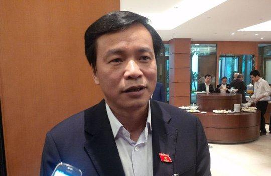 Chủ nhiệm Văn phòng Quốc hội Nguyễn Hạnh Phúc trả lời báo chí bên hành lang Quốc hội