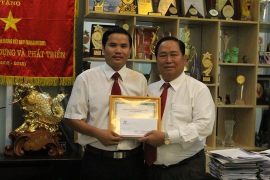 Leg: Ông Tạ Long Hỷ - Phó tổng giám đốc Vinasun (bìa phải), tặng giấy khen và tiền thưởng nóng cho tài xế Trương Khắc Hạnh