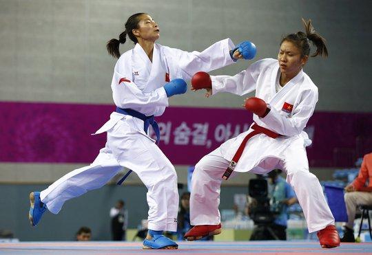 Bùi Thị Ngọc Hân (phải) trong trận thua đối thủ người Trung Quốc