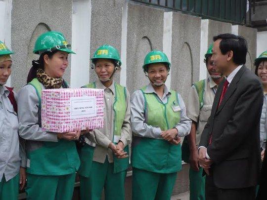 Lãnh đạo LĐLĐ TP Hà Nội thăm hỏi công nhân vệ sinh