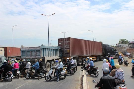 Giao thông qua trên xa lộ Hà Nội gặp nhiều khó khăn