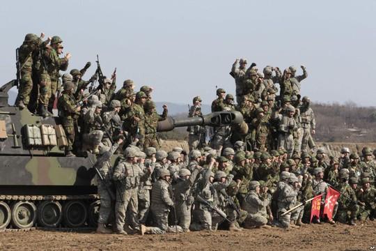Binh lính Hàn Quốc và Mỹ diễn tập bắn đạn thật trong cuộc tập trận Foal Eagle (Đại bàng con) tại Pocheon - Hàn Quốc năm 2012. Ảnh: AP