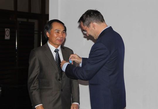 Đại sứ Pháp tại Việt Nam gắn Huân chương Quốc công cho Hiệu trưởng trường Đại học Ngoại thương Hoàng Văn Châu