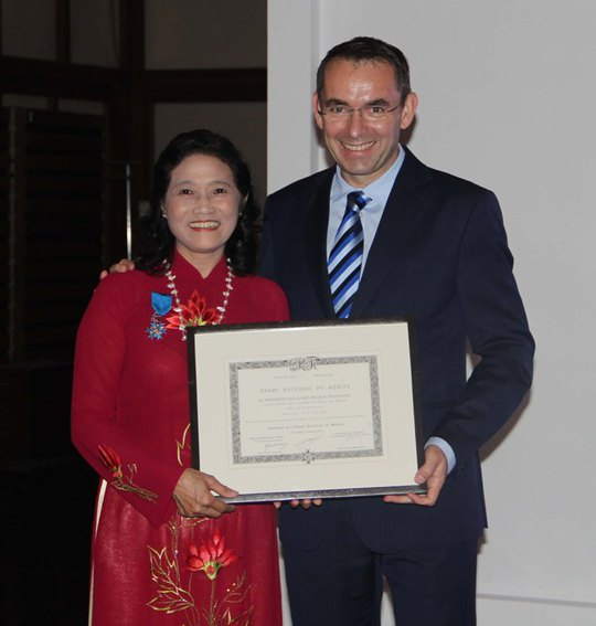 Bà Lã Thị Ánh, nguyên phụ trách Thư viện Nhà Pháp luật Việt Pháp, nhận Huân chương Quốc công