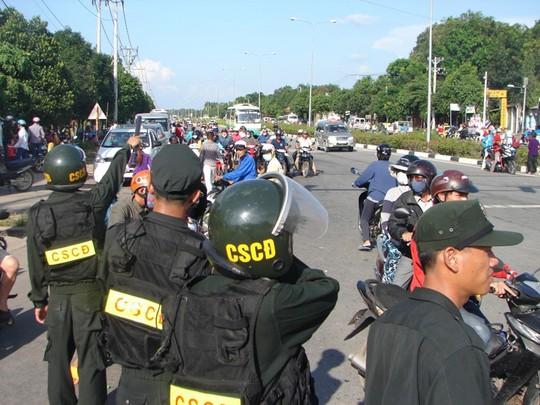 Lực lượng cảnh sát cơ động Bình Dương tham gia giữ gìn, bảo vệ an toàn giao thông cho hàng trăm ngàn du khách rời Khu du lịch Đại Nam.