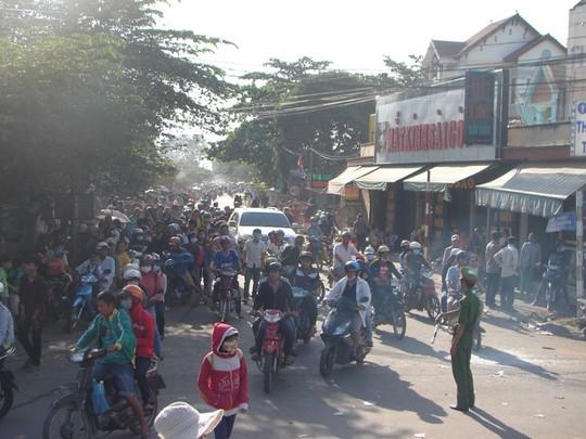 Giao thông trở nên hỗn loạn trước cửa KDL Đại Nam và trên nhiều tuyến đường.
