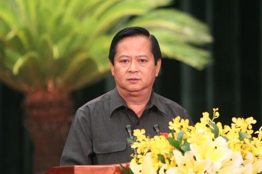 Ông Nguyễn Hữu Tín, Phó chủ tịch UBND TP HCM trả lời chất vấn của đại biểu kỳ họp HĐND TP, sáng 10-7