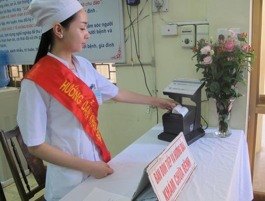Hệ thống phiếu khám tự động được đặt ngay tại lối vào Khoa khám bệnh