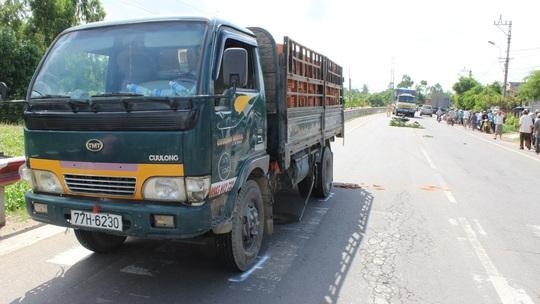 Xe tải chở gạch va quẹt với xe máy