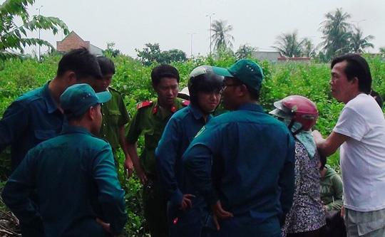 Lực lượng dân quân tự vệ và công an tới bảo vệ hiện trường vụ người đàn ông chết treo cổ trên cây trứng cá ở phường An Phú, quận 2 – TP HCM, vào sáng 22-8.
