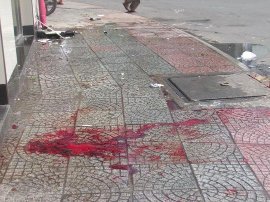 Vũng máu của nạn nhân còn vương tại nơi lao vào bức tường nhà dân trên đường Điện Biên Phủ, phường Đa Kao, quận 1 – TP HCM vào sáng 21-9, khiến người nước ngoài tử vong.