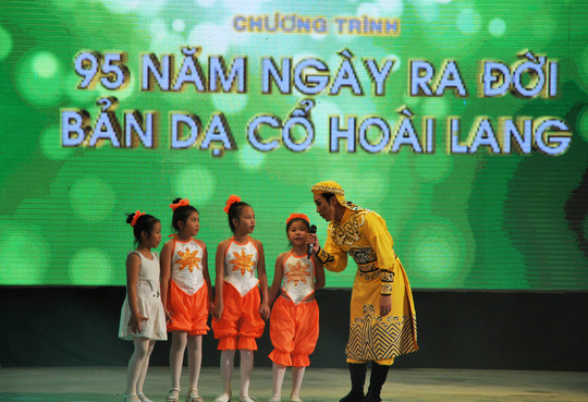 NS Mai Thế Hiệp hướng dẫn các em thiếu nhi tập hát bài Lý cây bông trong chương trình 95 năm ra đời bản Dạ cổ hoài lang