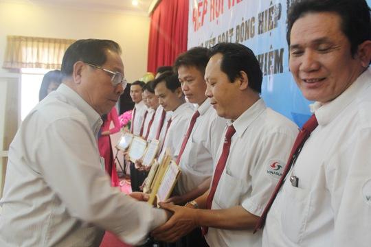 Đại diện Hiệp hội Vận tải ô tô Việt Nam trao giấy khen cho các lái xe tiêu biểu tại TP HCM