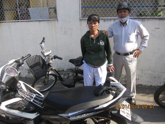 """""""Hiệp sĩ"""" Trần Anh Tuấn khống chế kẻ trộm xe đạp điện để đưa về công an."""