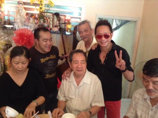 Nghệ sĩ hài Bảo Chung và nhạc sĩ Danh Phận chúc sức khỏe nhạc sĩ Đức Lang - chồng của cố Kim Ngọc trong ngày cúng giố thứ ba của bà (13-1)