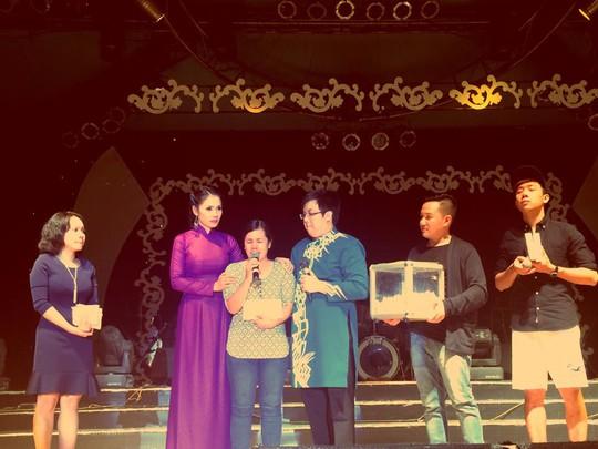 Diễn viên Việt Trinh và nghệ sĩ Gia Bảo trao tiền cho đại diện gia đình Duy Nhân
