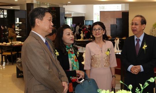 Thứ trưởng Bộ Văn hóa Thể thao Du lịchHồ Anh Tuấn (người bìa trái) đang trò chuyện với Ban Giám đốc.