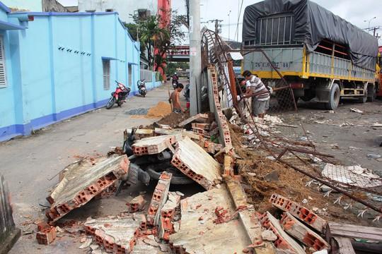 Bị xe tông, mảng tường cao gần 2m, dài hơn 20m, bất ngờ đổ ập xuống. May mắn không có ai thương vong.