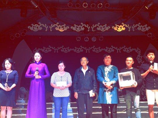 Các nghệ sĩ cầu nguyện cho diễn viên Duy Nhân và nghệ sĩ Vũ Phong trên sân khấu