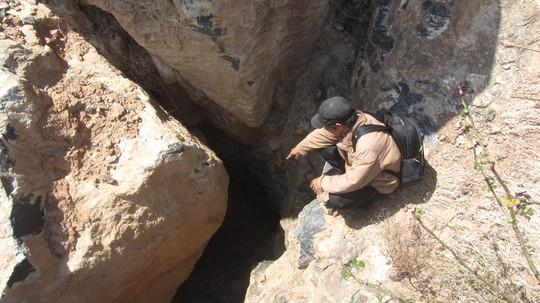 Cửa hang được cho là đường dẫn vào kho báu núi Tàu