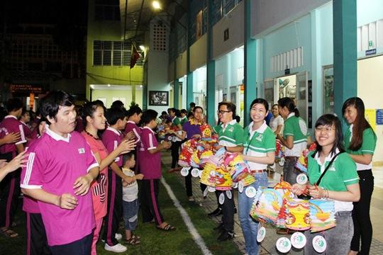 Các em nhỏ trường Phổ thông đặc biệt Nguyễn Đình Chiểu vui trung thu với các thành viên của VPBank